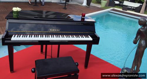 piano et tapis rouge